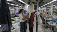 Pekerja mencoba memasangkan hasil produksi pada sebuah patung,Tangerang, Banten, Selasa (13/10/2015). Industri tekstil di dalam negeri terus menggeliat. Hal ini ditandai aliran investasi yang mencapai Rp 4 triliun (Liputan6.com/Angga Yuniar)