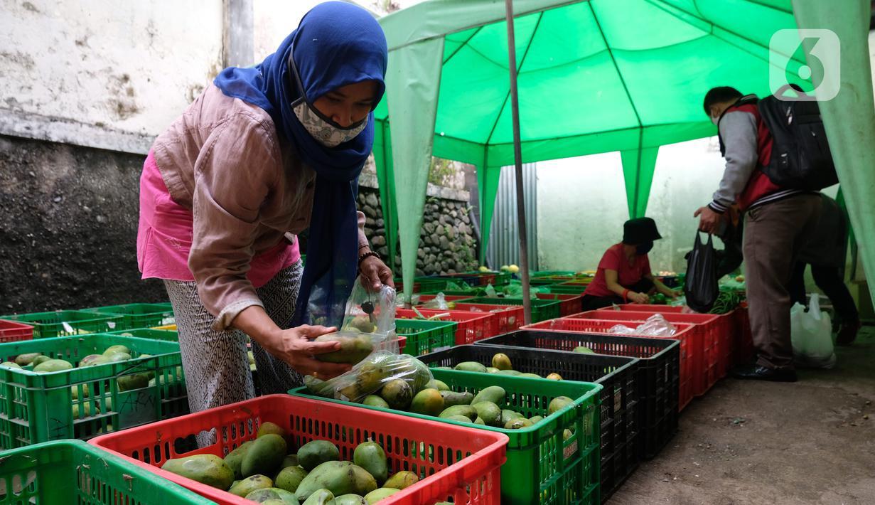Warga memilih buah-buahan di lapak sayur dan buah hasil sortiran penjual sayur online di  Jakarta, Kamis (12/11/2020). Kementerian Perdagangan mengklaim pandemi Covid-19 menjadi momentum sektor pertanian di dalam negeri semakin subur. (Liputan6.com/Angga Yuniar)