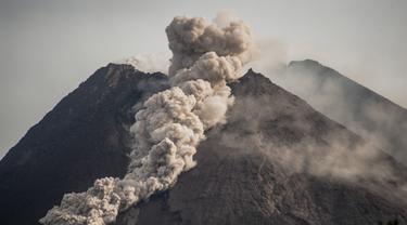 Gunung Merapi Luncurkan Awan Panas  Sejauh 1200 Meter