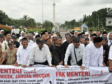 Massa yang tergabung dalam Forum CPNS K2 Kemenag (FCKK) Jawa Timur saat menggelar aksi di depan Istana, Jakarta, Senin (11/3). (merdeka.com/Iqbal S. Nugroho)