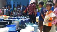 Warga mengantre bantuan air bersih. (Liputan6.com/Muhamad Ridlo)
