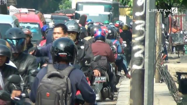 Puluhan pengendara motor memutar arah menghindari Razia yang dilakukan petugas Samsat dan Polisi. Dalam Razia ini polisi mendapati mobil mewah yang memalsukan tahun kendaraan