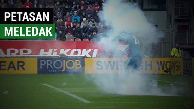 Berita video insiden kiper Ajax, Andre Onana, hampir kena ledakan petasan yang dilempar dari tribun suporter saat laga kontra FC Utrecht dalam lanjutan Eredivisie 2018-2019, Minggu (23/12/2018).