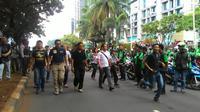 Dirkrimum Polda Metro Jaya Kombes Krishna Murti membubarkan kerumunan driver Go-Jek. (Liputan6.com/Ahmad Romadoni)