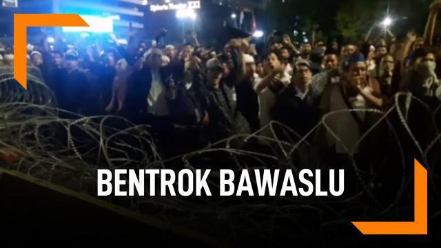 Demo susulan terjadi di sekitar gedung Bawaslu, Jakarta. Massa yang ada bentrok dengan petugas kepolisian.