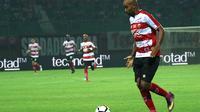 Striker Madura United, Alberto 'Beto' de Paula. (Bola.com/Aditya Wany)