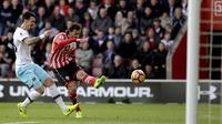 Manolo Gabbiadini (kanan) melepas tembakan untuk mencetak gol pada debut bersama Southampton. Gabbiadini merobek gawang West Ham United pada duel Liga Inggris, Sabtu (4/2/2017). (AP Photo/Simon Galloway)