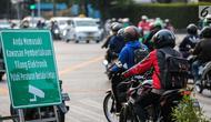 Rambu Pendahulu Petunjuk Jurusan (RPPJ) portabel terpasang di Jalan MH Thamrin, Jakarta, Kamis (4/10). Sistem tilang elektronik mengandalkan kamera pengintai atau CCTV untuk merekam pelanggar lalu lintas. (Liputan6.com/Faizal Fanani)