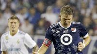 Pemain MLS All-Star, Bastian Schweinsteiger, mengontrol bola saat pertandingan melawan Real Madrid pada laga persahabatan di Soldier Field, Chicago, Kamis (3/8/2017). Real Madrid menang 4-2 atas MLS All-Star melalui adu penalti. (AP/Nam Y. Huh)