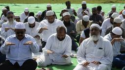 Umat Muslim India berdoa memohon turun hujan di depan Danau Himayat Sagar di Hyderabad, India, Minggu (21/7/2019). Angin muson yang melanda sejumlah negara bagian India selatan, yang di antaranya, Telangana, Andhra Pradesh dan Tamil Nadu menyebabkan kekeringan parah. (AFP Photo/Noah Seelam)