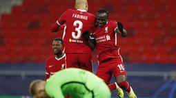 Penyerang Liverpool, Sadio Mane (kanan) berselebrasi usai mencetak gol ke gawang RB Leipzig pada pertandingan leg kedua babak 16 besar Liga Champions di stadion Puskas Arena, Budapest, Hongaria, Kamis (11/3/2021). Berkat hasil ini, Liverpool lolos ke babak perempat final. (AP Photo/Laszlo Balogh)