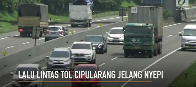 Jelang hari raya Nyepi, arus lalu lintas di tol Cipularang mulai terlihat padat.