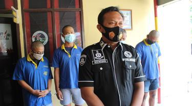Empat warga Demak pengedar narkoba di Grobogan, tertunduk dalam gelar kasus di Mapolres Grobogan.(Foto: Liputan6.com/Felek Wahyu)