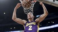 Guard Los Angeles Lakers Lonzo Ball melakukan slam dunk pada laga NBA melawan Portland Trail Blazers di Staples Center, Sabtu (23/12/2017) atau Minggu (24/12/2017) WIB. (AP Photo/Chris Carlson)