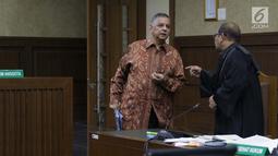 Terdakwa kasus dugaan suap proyek PLTU Riau-1 yang juga mantan Dirut PLN, Sofyan Basir (kiri) bersama penasehat hukumnya  saat jeda sidang lanjutan di Pengadilan Tipikor, Jakarta, Senin (15/7/2019). Sidang beragendakan mendengar keterangan saksi-saksi. (Liputan6.com/Helmi Fithriansyah)