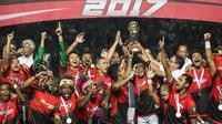 Kapten Persebaya, Rendi Irawan, mengangkat piala usai mengalahkan PSMS pada laga final Liga 2 di Stadion GBLA, Bandung, Selasa (28/11/2017). PSMS kalah 2-3 dari Persebaya. (Bola.com/Vitalis Yogi Trisna)