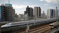 Shinkansen yang juga dikenal dengan kereta peluru melewati stasiun di Hamamatsu pada Kamis (29/9/2019). Jepang menjadi negara pelopor pembuat kereta dengan kecepatan super tinggi ini di dunia. (Photo by Adrian DENNIS / AFP)