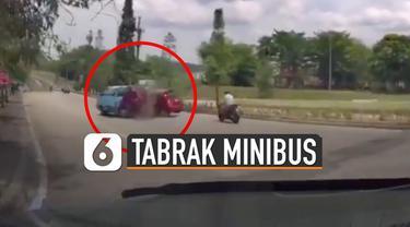 Pemobil lain sempat merekam pemobil oranye yang ugal-ugalan sebelum kecelakaan.