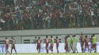 Pemain Indonesia U-19 menyapa suporter usai pertandingan melawan Thailand U-19 pada laga persahabatan di Stadion Wibawa Mukti, Cikarang, Minggu (8/10/2017). Indonesia menang 3-0 atas Thailand. (Bola.com/M Iqbal Ichsan)
