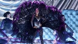 Penyanyi Rapper Cardi B tampil di atas panggung Grammy Awards 2019 di Staples Center, Los Angeles, Minggu (10/2). Cardi B menggunakan banyak properti panggung untuk menunjang penampilannya selama tampil di acara ini. (Emma McIntyre/Getty Images /AFP)