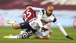Gelandang Tottenham Hotspur, Lucas Moura (depan) terjatuh usai ditekel gelandang Aston Villa, Morgan Sanson dalam laga lanjutan Liga Inggris 2020/2021 pekan ke-29 di Villa Park, Minggu (21/3/2021). Tottenham menang 2-0 atas Aston Villa. (AP/Michael Steele/Pool)