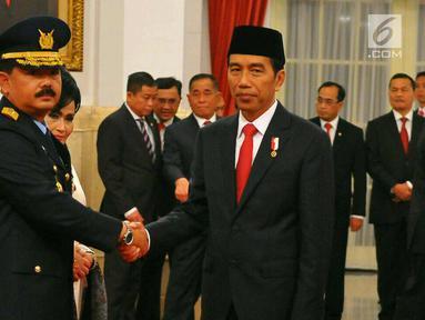 Presiden Joko Widodo (kanan) memberi ucapan selamat kepada KSAU, Marsekal Hadi Tjahjanto di Istana Negara, Jakarta, Rabu (18/1) lalu. Presiden Jokowi mengajukan nama Hadi Tjahjanto sebagai calon Panglima TNI yang baru.  (Liputan6.com/Angga Yuniar)