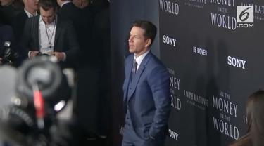"""Untuk meredam kontroversi kesenjangan upah di Hollywood, Mark Wahlberg sumbang seluruh honornya dari film """"All The Money In The World""""."""