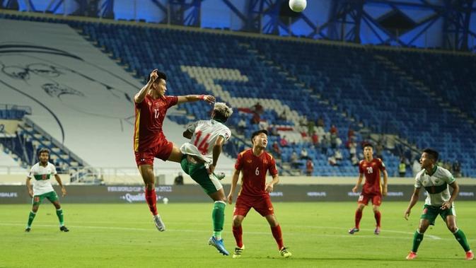 Timnas Indonesia (putih) saat menghadapi Vietnam dalam laga Grup G Kualifikasi Piala Dunia 2022 zona Asia di Stadion Al Maktoum, Dubai, Uni Emirat Arab, Selasa (8/6/2021) dini hari WIB. Timnas Indonesia kalah telak 0-4. (Dok. PSSI)