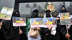 Massa Laskar Pembela Islam (LPI) membawa poster tuntutan saat mengawal pemeriksaan Habib Bahar bin Smith di depan Gedung Bareskrim Polri, Jakarta, Kamis (6/12). Massa LPI menuntut keadilan hukum bagi Habib Bahar. (Merdeka.com/Iqbal Nugroho)