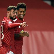 Dua pemain Manchester United, Bruno Fernandes dan Marcus Rashford berbagi tugas menendang penalti. (Oli SCARFF / AFP)