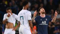 Manchester City justru kebobolan gol kedua saat gencar menyerang. Pada menit ke-74 Lionel Messi mencetak gol perdananya bersama PSG usai tembakannya dari depan kotak penalti gagal diantisipasi Ederson. PSG unggul 2-0. (AFP/Franck Fife)