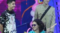Personel band Ahmad bersaudara, Al, El dan Dul saat mengisi acara Mom & Kids Awards 2015 di Jakarta, Selasa (22/12). Dul datang ke lokasi acara menggunakan kursi roda usai menjalani operasi lepas pen. (Liputan6.com/Herman Zakharia)