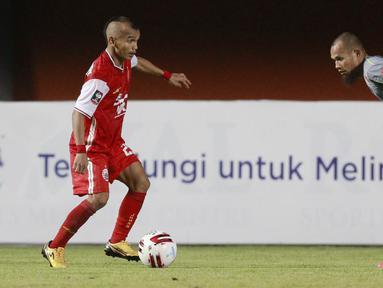 Gelandang Persija Jakarta, Riko Simanjuntak, berusaha melewati bek Persib Bandung, Supardi Nasir, pada laga final Piala Menpora 2021 di Stadion Maguwoharjo, Sleman, Kamis (22/4/2021). Persija menang dengan skor 2-0. (Bola.com/M Iqbal Ichsan)