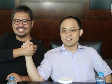 CEO KMK Online Adi Sariaatmadja (kanan) dan CEO KLN Steve Christian bersalaman usai menandatangani Akta Penggabungan (merger) PT Liputan6.com dan PT KLN, Jakarta, Kamis (29/3). Merger ini melahirkan KapanLagi Youniverse. (Liputan6.com/Arya Manggala)