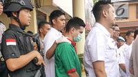 Steve Emmanuel dihadirkan saat rilis pengungkapan kasus narkoba di Polres Metro Jakarta Barat, Kamis (27/12). Polisi menyita barang bukti kokain seberat 92,04 gram dari Steve Emmanuel pada 21 Desember 2018 malam. (Liputan6.com/Herman Zakharia)