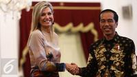 Presiden Jokowi (kanan) bersalaman dengan Ratu Kerajaan Belanda Maxima di Istana Merdeka, Jakarta, Kamis (1/9). Ratu Maxima berkunjung sebagai Penasihat Khusus Sekjen PBB tentang Perkembangan Inklusi Keuangan bagi Pembangunan. (Liputan6.com/Faizal Fanani)