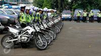 Ratusan Polantas mengikuti apel gelar pasukan kesiapan banjir di Mapolda Metro Jaya, Jakarta, Selasa (10/11). Apel tersebut guna mempersiapkan pasukan dan infrastruktur pendukung untuk mengantisipasi banjir di Ibukota Jakarta. (Liputan6.com/Yoppy Renato)