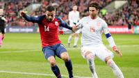 Bek Timnas Spanyol, Sergio Ramos (kanan), mengawal ketat pemain Norwegia, Omar Elabdellaoui, pada laga ketujuh Grup F kualifikasi Piala Eropa 2020 di Ullevaal Stadion, Oslo, Sabtu (12/10/2019). (Tore Meek / NTB Scanpix / AFP)