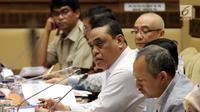 Menteri Pemberdayaan Aparatur Negara dan Reformasi Birokrasi Syafruddin (tengah) saat rapat kerja dengan Komisi II DPR di Jakarta, Selasa (30/10). Rapat membahas rekruitman Calon Pegawai Negeri Sipil (CPNS) dan tenaga honorer. (Liputan6.com/JohanTallo)