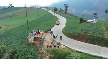 Jalan tembus Banjarnegara-Batang di Dieng yang dijuli tol kahyangan. (Foto: Liputan6.com/Rudal Afgani)