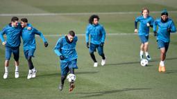 Suasana latihan para pemain Real Madrid di Madrid, Spanyol, Selasa (13/2). Real Madrid akan menghadapi Paris Saint Germain (PSG) pada leg pertama 16 besar Liga Champions di Santiago Bernabeu. (GABRIEL BOUYS/AFP)