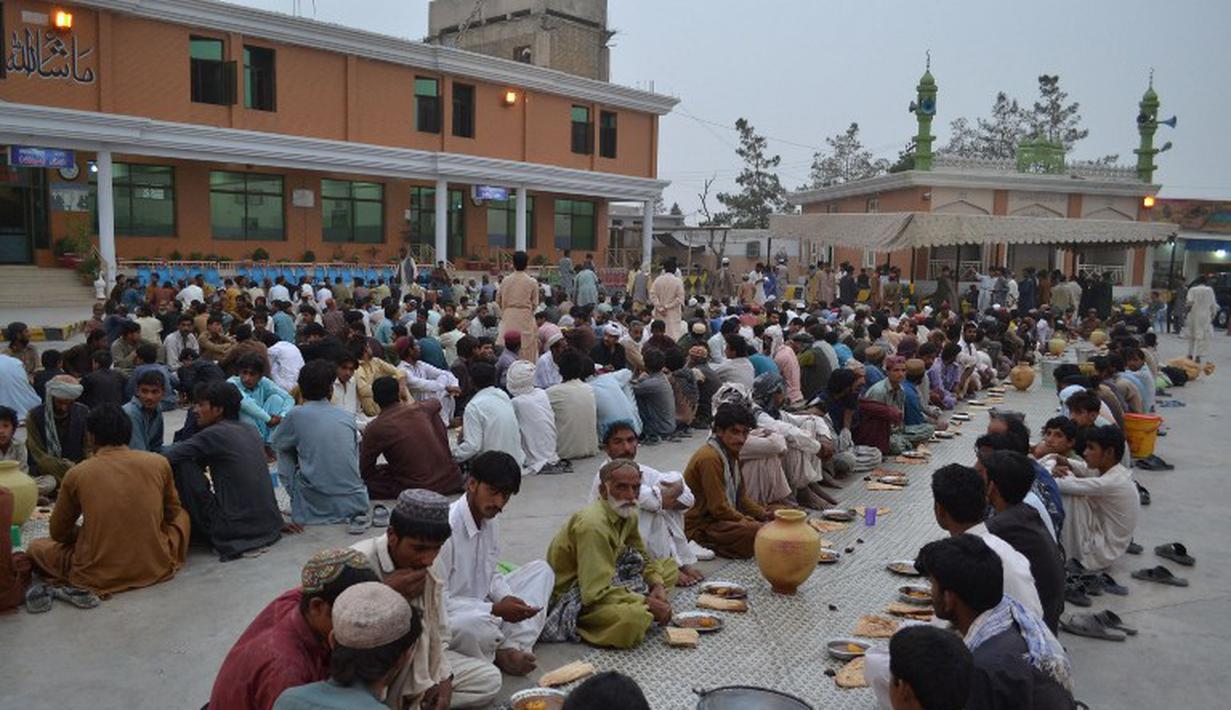 Umat muslim di Pakistan berkumpul bersama menunggu waktu Magrib tiba, Quetta, Rabu (2/7/2014) (AFP PHOTO/BANARAS KHAN)