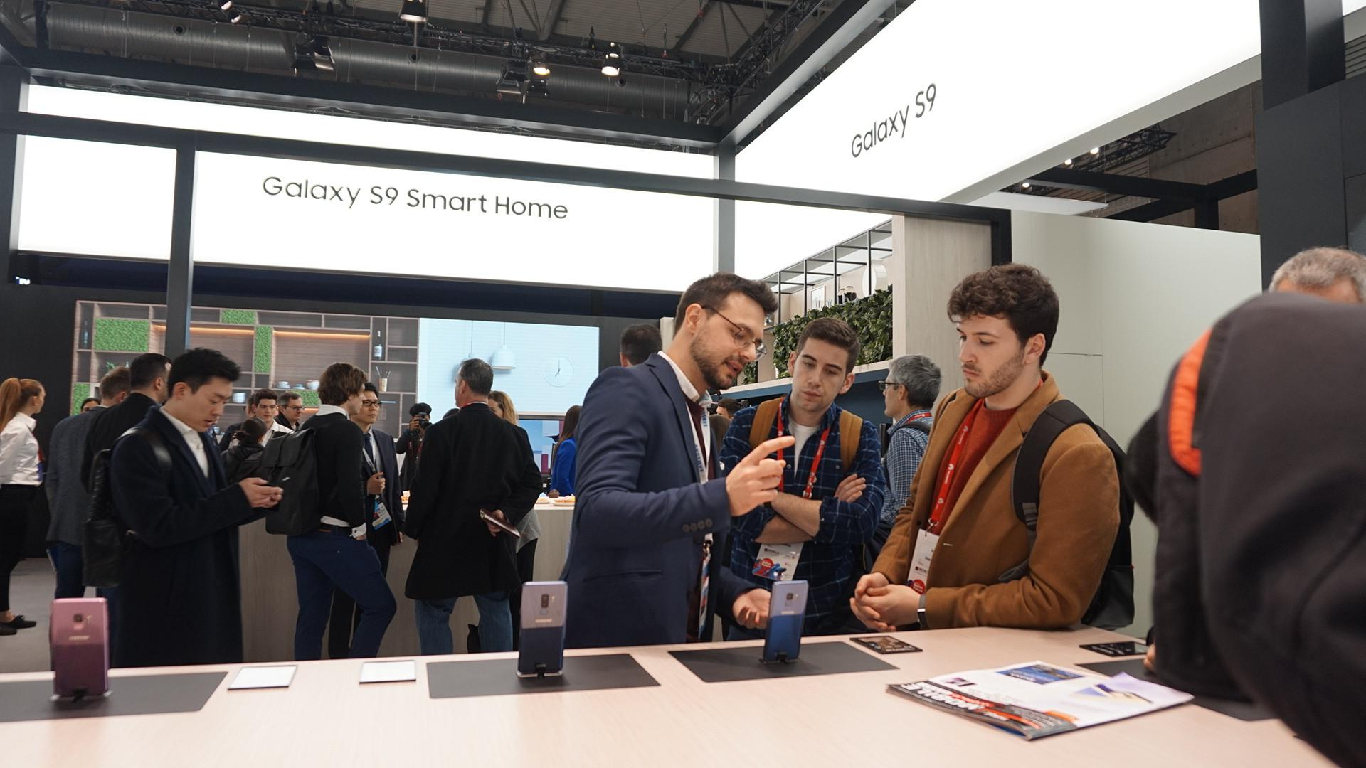 Antusiasme pengunjung di booth Samsung di gelaran Mobile World Congress 2018 (Liputan6.com/ Agustin Setyo W)