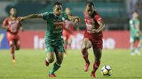 Striker Semen Padang, Riski Novriansyah, berebut bola dengan bek PSS Sleman, Asyraq Gufran, pada laga Liga 2 di Stadion Pakansari, Jawa Barat, Selasa (4/12). PSS menang 2-0 atas Semen Padang. (Bola.com/M. Iqbal Ichsan)