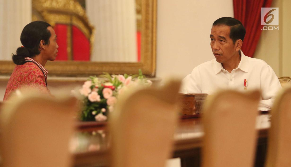 Seorang sopir truk bernama Agus Yuda (kiri) berbincang dengan Presiden Joko Widodo di Istana Negara, Jakarta, Selasa (8/5). Agus mengaku berjalan kaki selama 26 hari dari Sidoarjo menuju Jakarta untuk bertemu Jokowi. (Liputan6.com/Angga Yuniar)