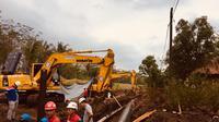 Penanganan tumpahan BBM jenis solar dari pipa Pertamia bocor di Tarisi, Wanareja, Cilacap. (Foto: Liputan6.com/Pertamina/Muhamad Ridlo)