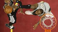 LeBron James (kanan) dalam laga San Antonio Spurs vs Cleveland Cavaliers (Foto: AP/Tony Dejak)