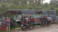 Kecelakaan maut antara bus dengan truk pengangkut ayam tewaskan 4 orang di Kabupaten Bungo, Jambi. (Dok. Istimewa/B Santoso)