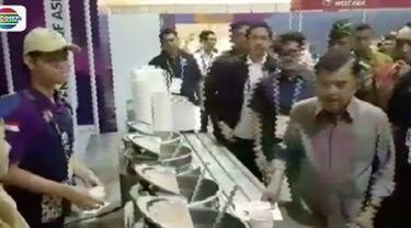 Tinjau kesiapan Wisma Atlet, Wakil Presiden Jusuf Kalla cicipi santapan di ruang makan.