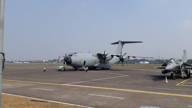 Pesawat Airbus A400M (tengah, terjauh) yang mampu mengangkut kargo bermuatan maksimal 37 ton. Pesawat milik AU Prancis itu tengah singgah di Halim Perdanakusuma usai mengikuti latihan gabungan di Australia (21/8) (Liputan6.com / Rizki Akbar Hasan)